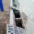 打开的下水道井盖