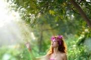 美女树丛中