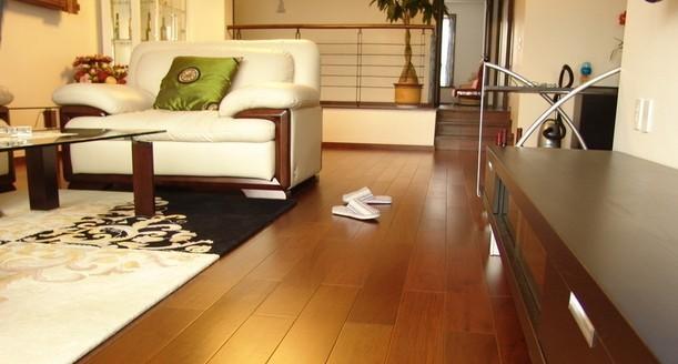 购买时不要只注重木地板的