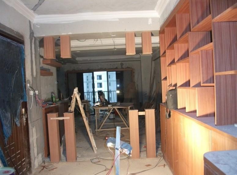 3、在原墙面上做木饰物,如门套、窗套、地脚线等,必须贴一层防潮纸。   4、实木线条及饰面板在同一视线面上时,必须颜色谐调,纹理相对。   5、实木门套线、窗套线、台口线、收口边线与饰面板的收口必须紧密、牢固、平整。   6、家具门、衣柜内侧面口、抽屉墙、门遮暗边必须用实木扁线收口(无内衬面板除外)。   7、家具、木门、地脚线、吊顶、地板各有严格的操作标准。家具:用18厘木工板作家具框架,5厘板做背板,用12厘木工板作抽屉墙,5厘板作抽屉底板。木门:用杉木条子加双面9厘板加双面饰面板做门,厚度不能少