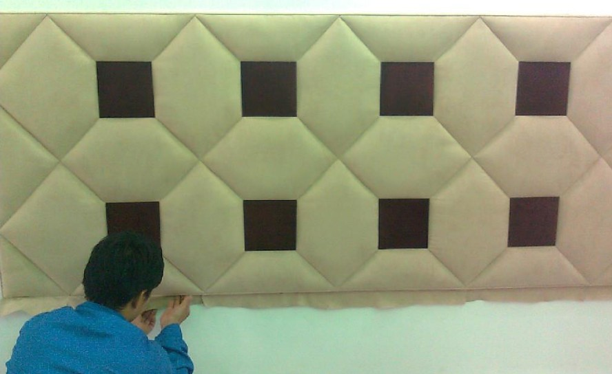 墙面软包,顾名思义就是采用一种在室内墙表面用柔性材料加以包装的墙面装饰方法。通俗地说:软包就是在一些家庭中卧室床头背景墙上那一块块鼓包的东西,软软的,比如皮、棉之类的材质,属于软室内软装饰的一种。   一、墙面软包施工准备   1、材料要求:   1.1软包墙面木框、龙骨、底板、面板等木材的树种、规格、等级、含水率和防腐处理,必须符合设计图纸要求和《木结构工程施工及验收规范》(GBJ206?