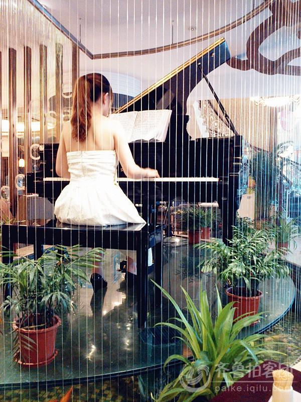 弹钢琴的美女 潍坊拍客 齐鲁