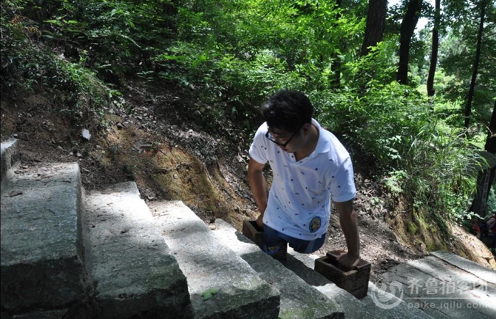 陈州就是这样靠着双手一级一级阶梯爬上衡山的.jpg