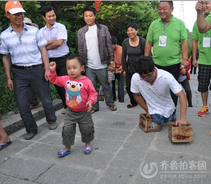 """""""叔叔,加油!""""一位可爱的孩子一路为陈州鼓劲儿.jpg"""