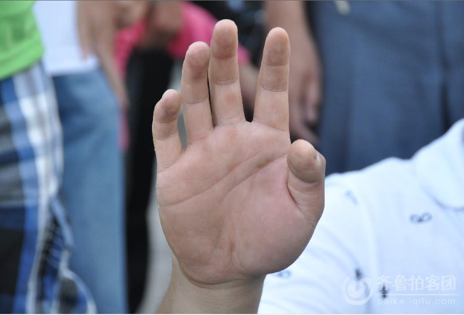 陈州的双手在颤抖,手掌也被小木箱磨得满是水泡.jpg