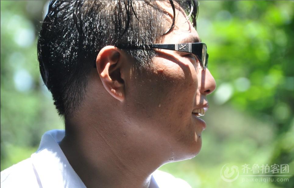 天气非常炎热,大颗的汗水从陈州脸上滚落.jpg