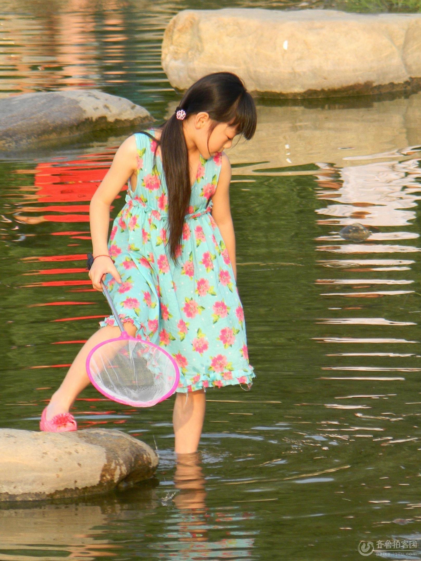还有什么比玩水更让小孩子凉快的事情呢.