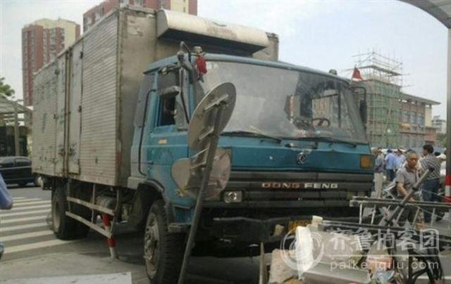 7月6日,上海嘉定南翔,货车冲上人行道 2死3伤