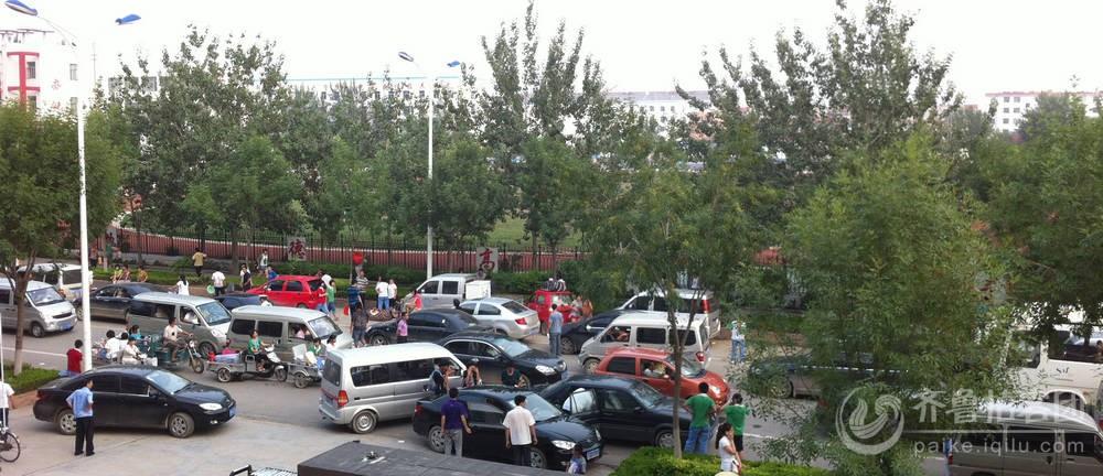 始到晚7点惠民文安路汽车大集中 原因是今天惠民县第二中学学生放图片
