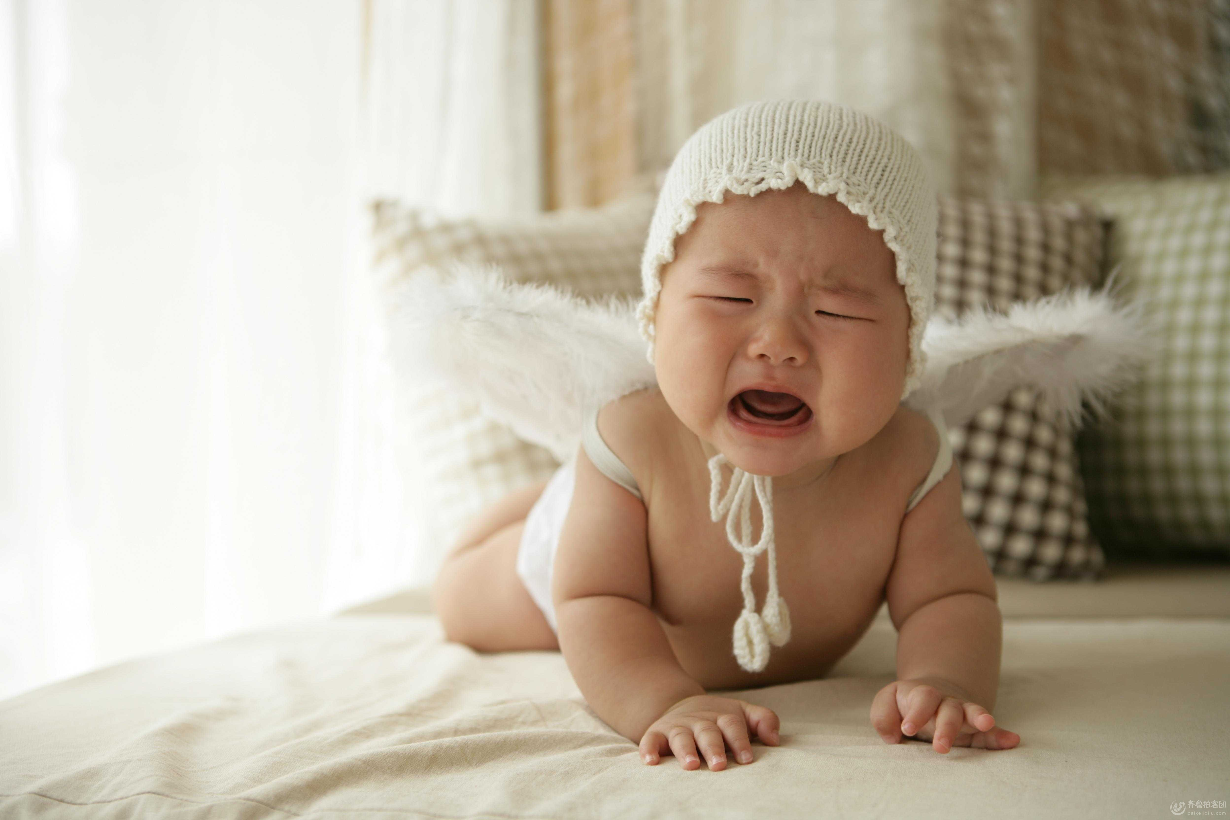 趴着的可爱宝宝