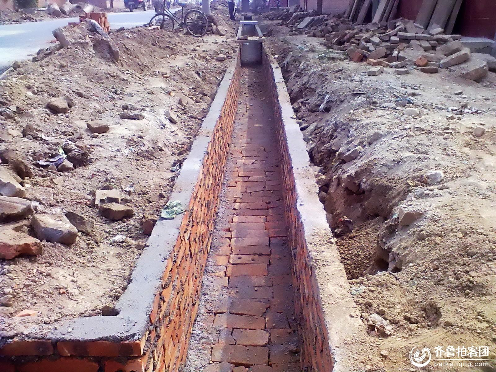 农村下水道修建,村民齐心义务出工!