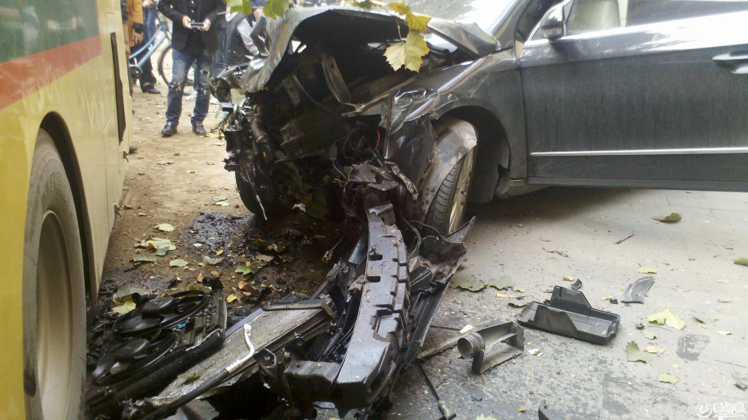 轿车被撞,受损严重 车祸 济南公交撞飞大树 报销两辆轿车