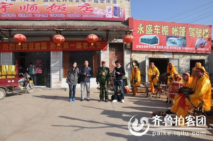 齐鲁晚报记者、曹县电视台记者、新曹县报记者与焦西良合影留念