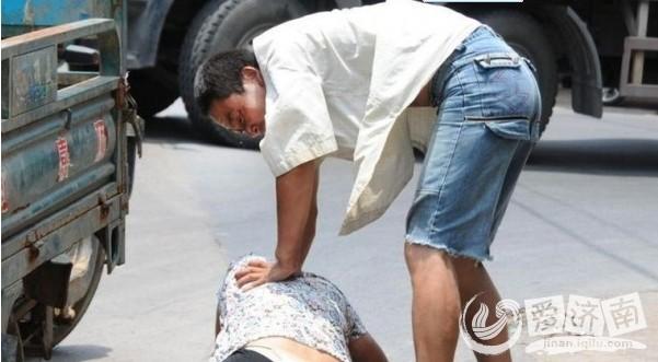 济南街头惊现男人暴打女人!