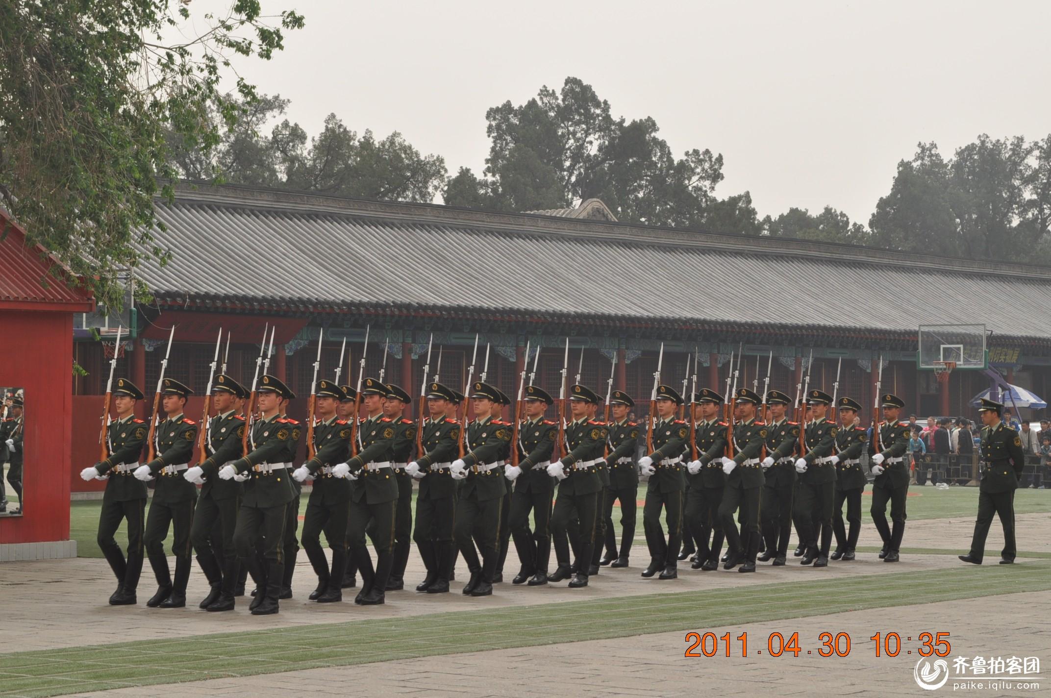 中国将军书画研究院慰问天安门 看天安门国旗护卫队出操 高清图片