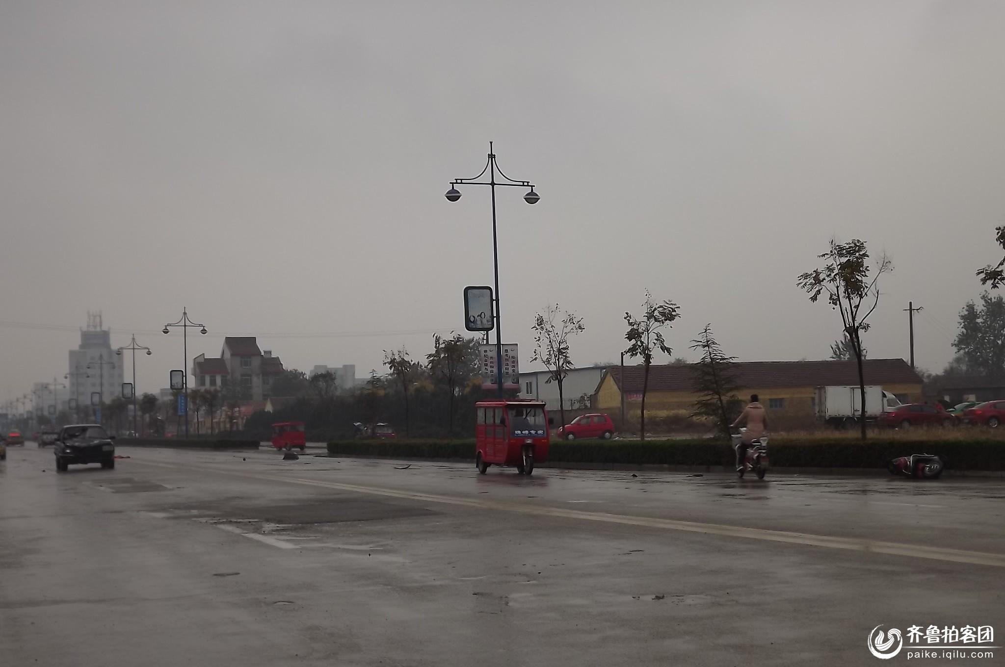 拍客提醒大家,雨天路滑出行注意安全 车祸猛于虎 当事人双