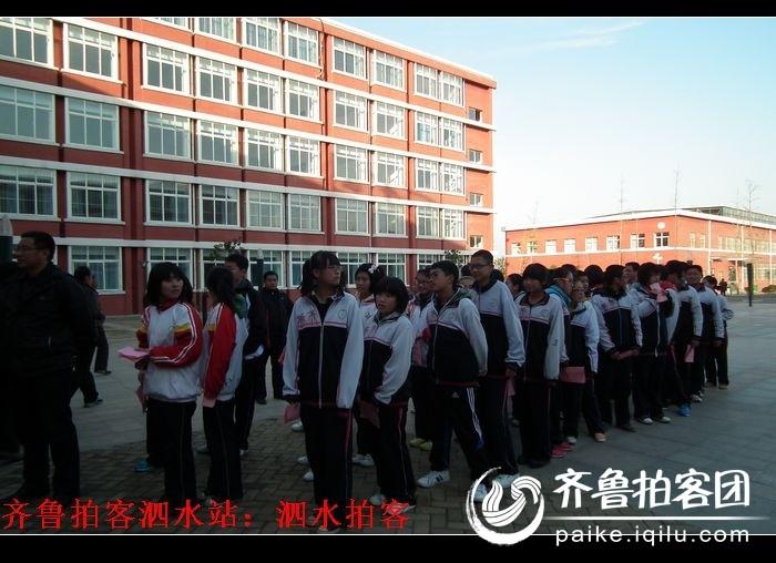 泗水县龙城中学全体师生为身患骨癌的李金虎同学积极捐款