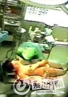 【视频截图】医院监控拍下禽兽医生性侵女病人全过程