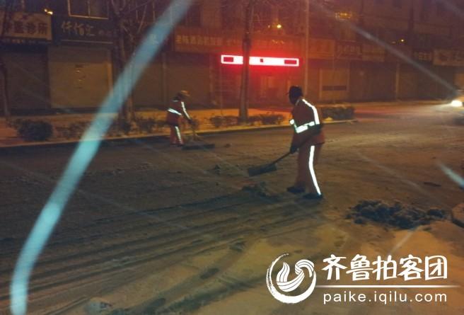 雪中 勤劳的清洁工图片