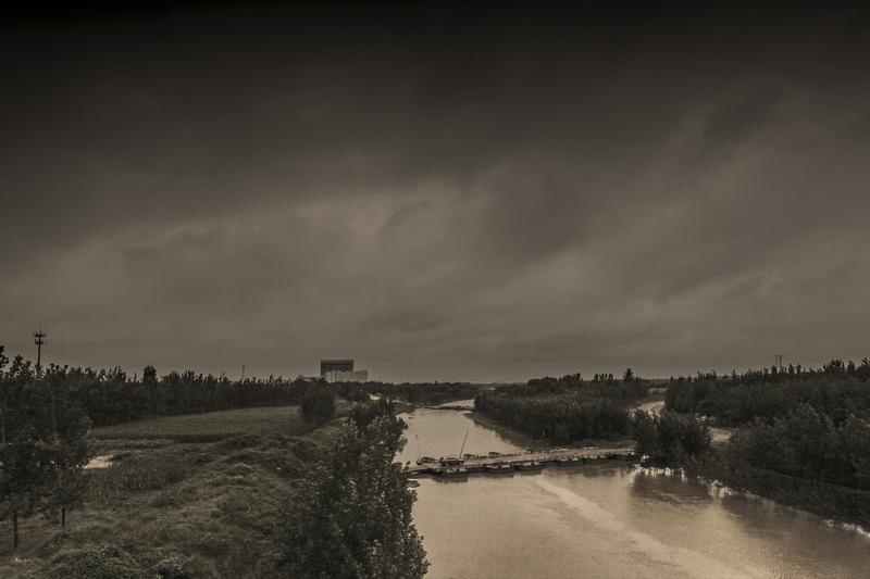 乌云下的运河.jpg