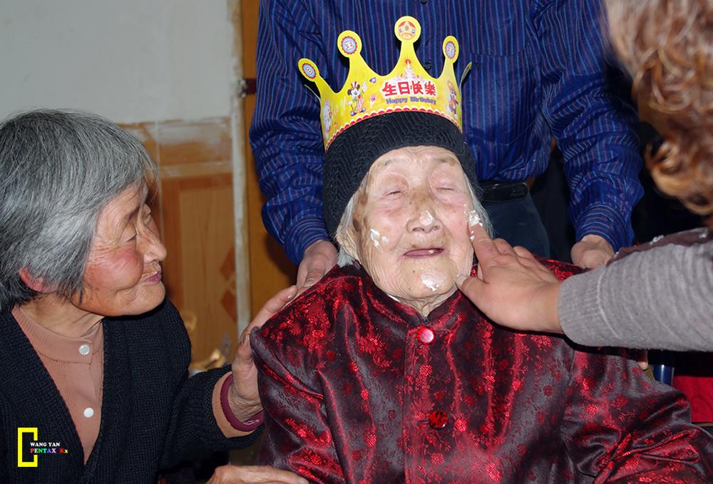 老奶奶喜迎104岁寿诞.jpg