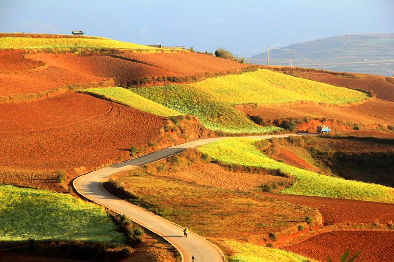 《山路弯弯》-拍摄于红土地