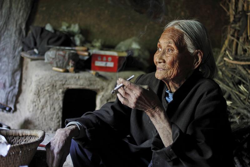 《抽烟的老人》.jpg