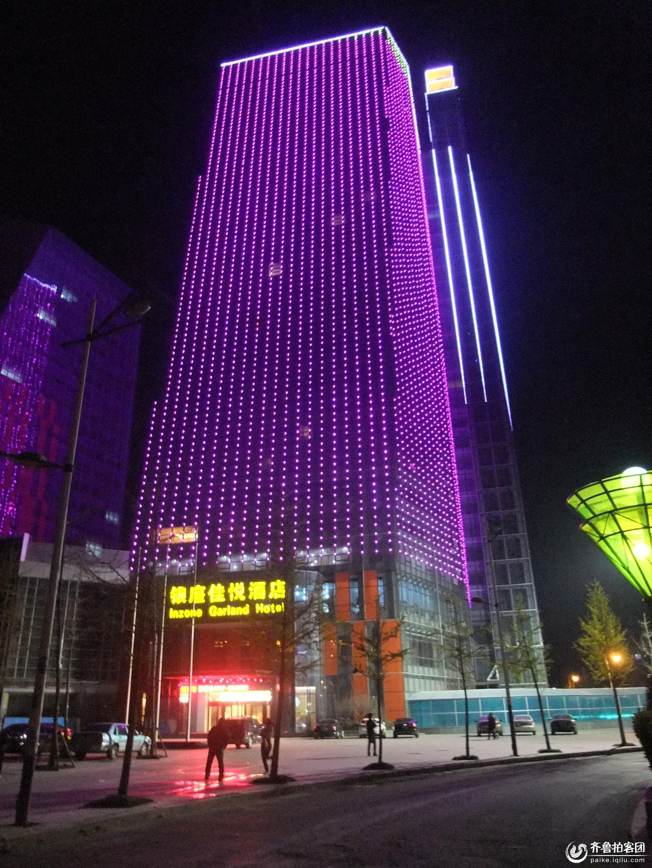 兖州夜景:九州方圆办公楼上的霓虹灯