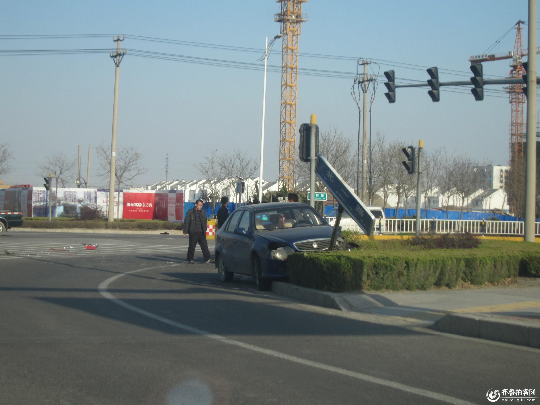 16日下午东四与青岛路路口发生严重交通事故