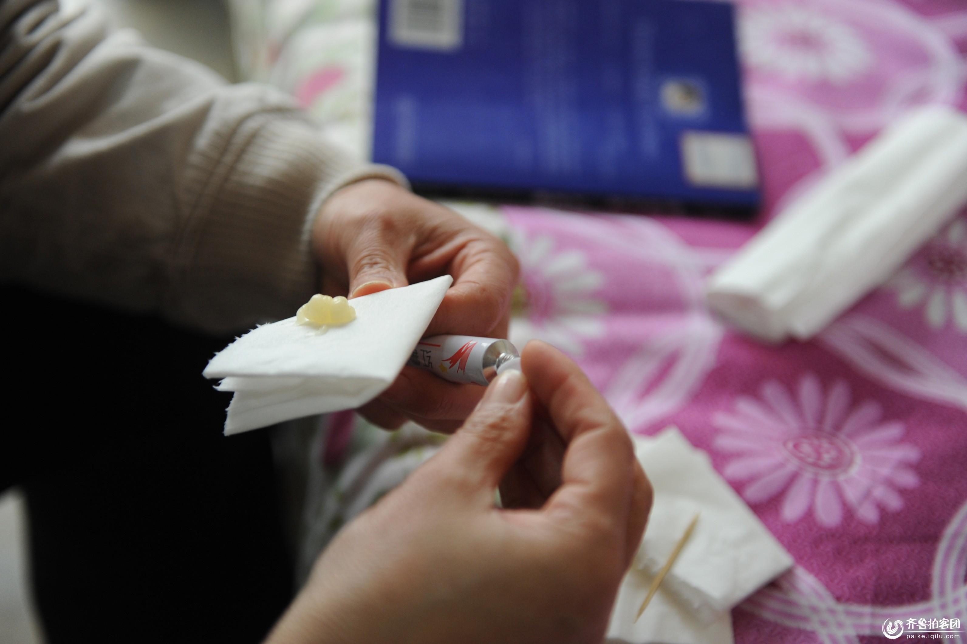 聊城大学专门为李阳母女俩安排的单间宿舍内,妈妈杨秀梅在涂