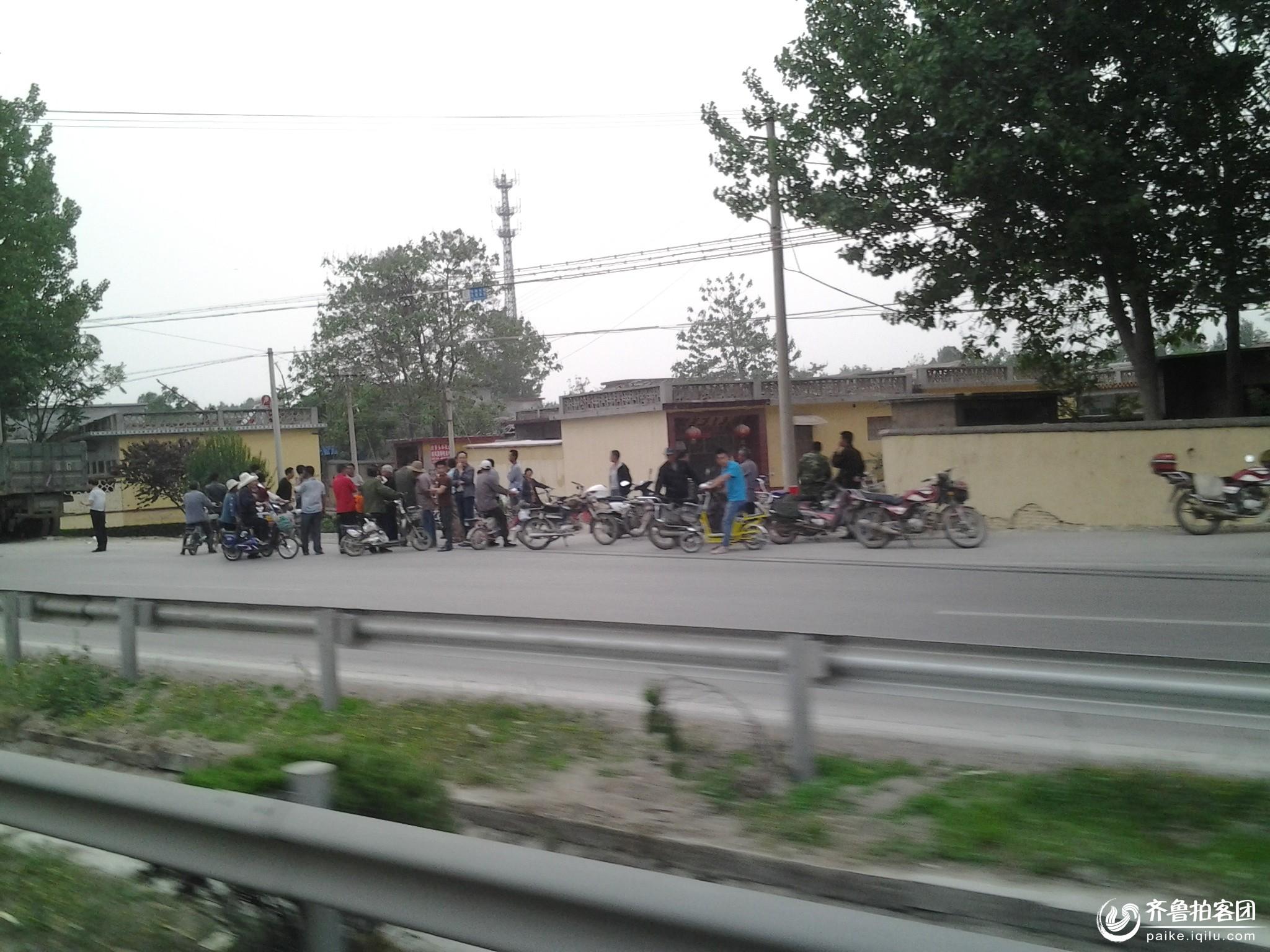 今天傍晚曲阜327国道与东外环路交汇处发生重大车祸二人死高清图片