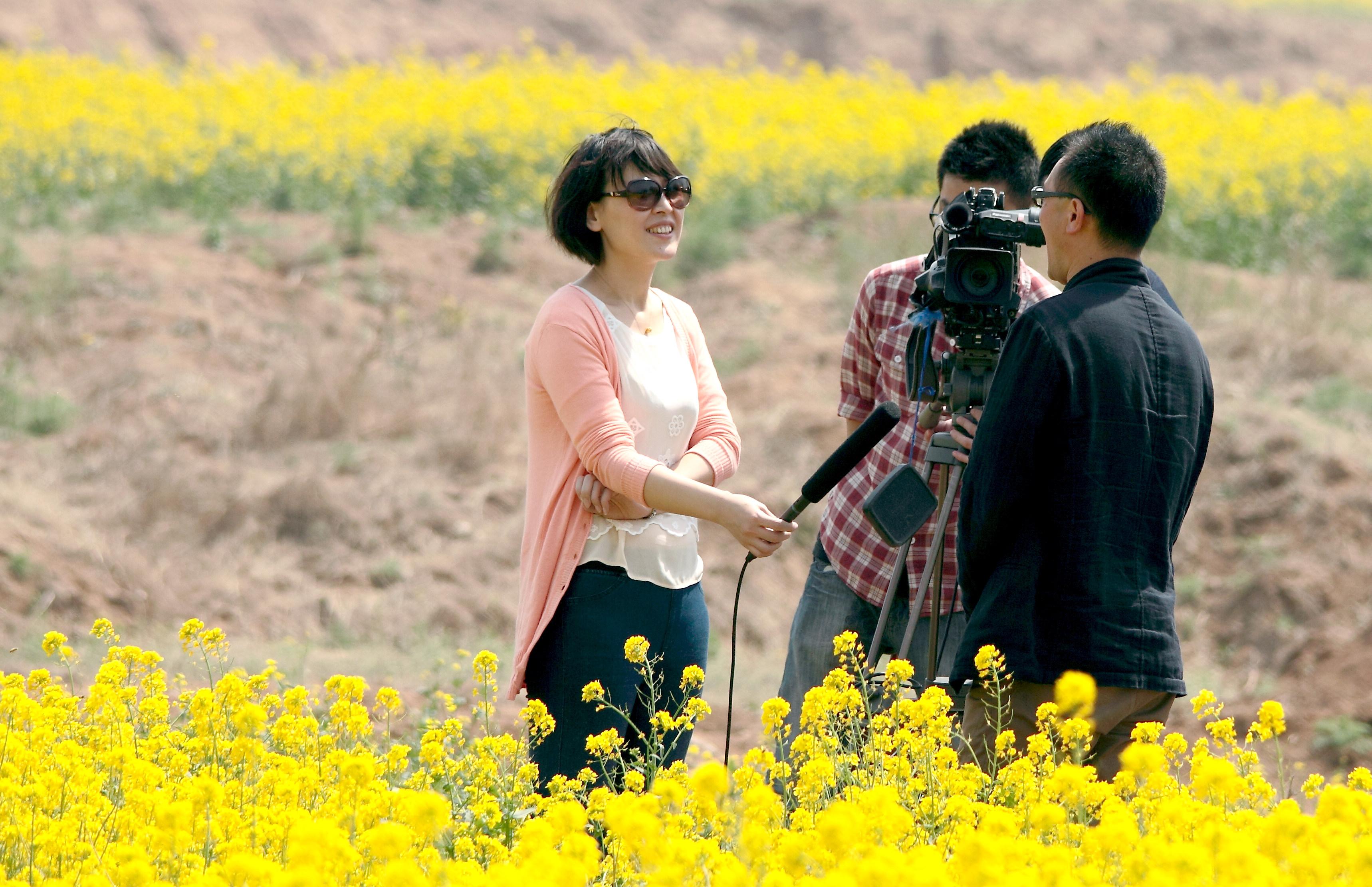 美女记者在田间 - 社会生活