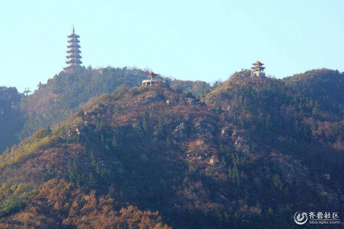 照着三合塔和山上的小亭子及山坡上的缆车