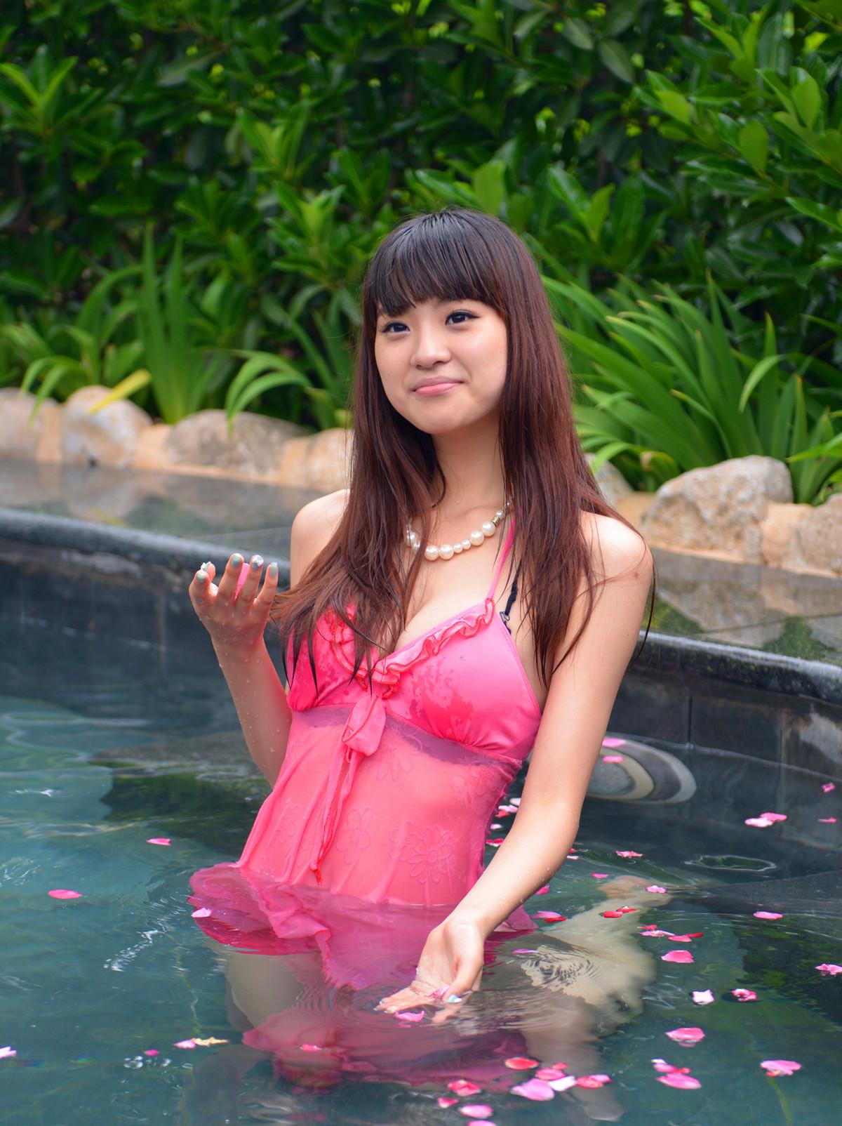 温泉小池伴美女