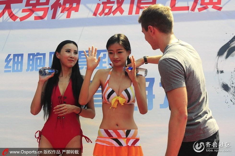 台球赛外国选手淋湿比基尼美女 被批低俗