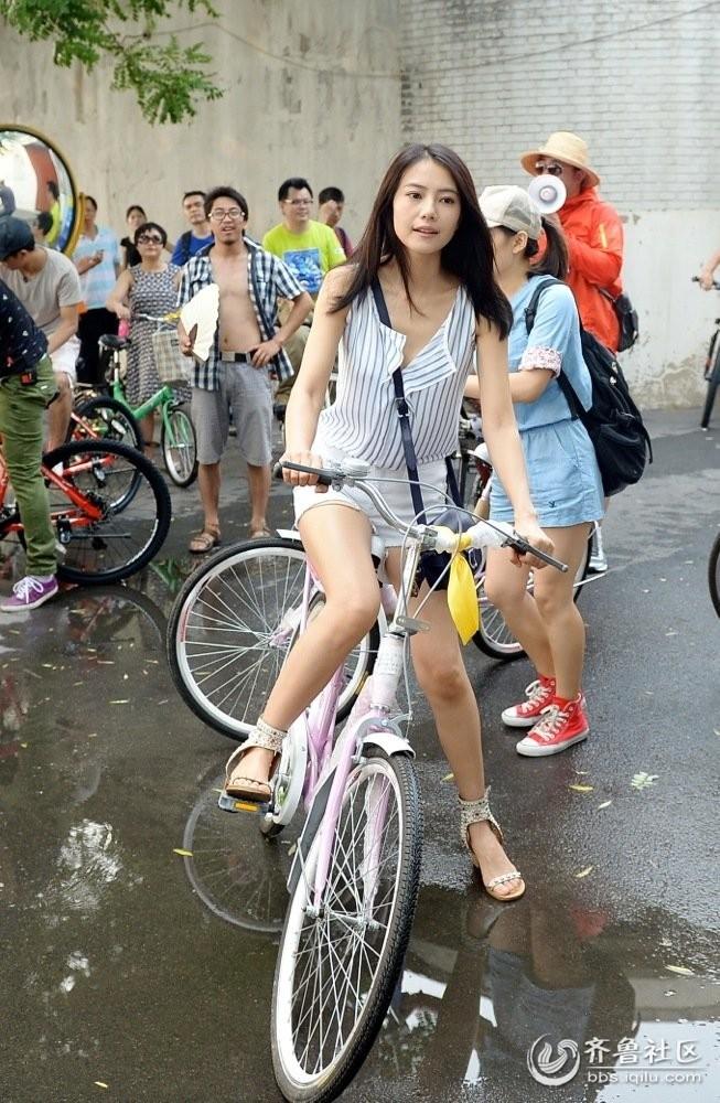 高圆圆12年后骑自行车 重游北京老胡同找回青春