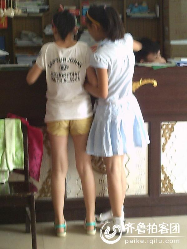 两个女孩的背影