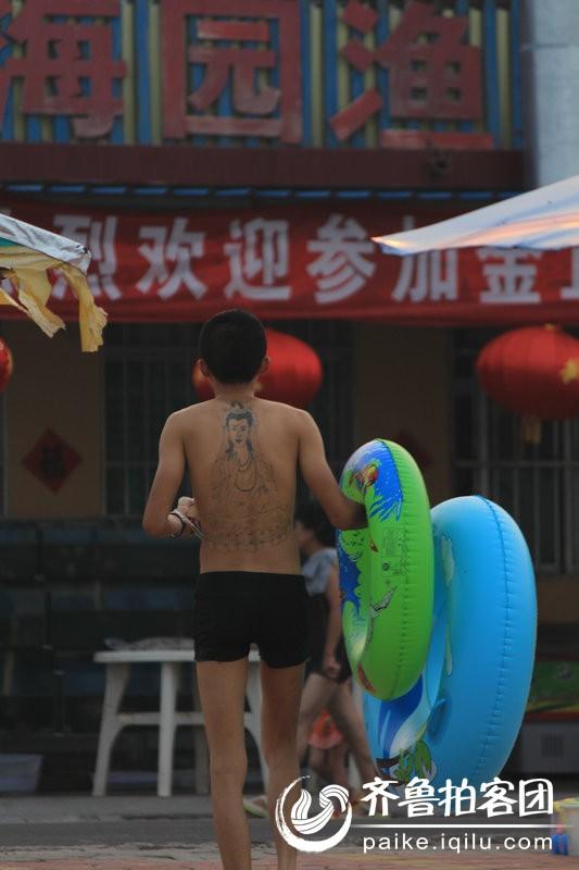 纹身的裸背男 - 济宁拍客