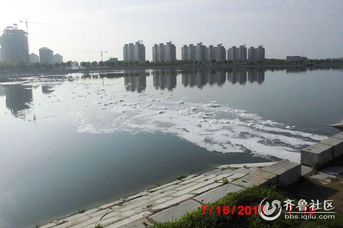 流进河面上的污染物.jpg