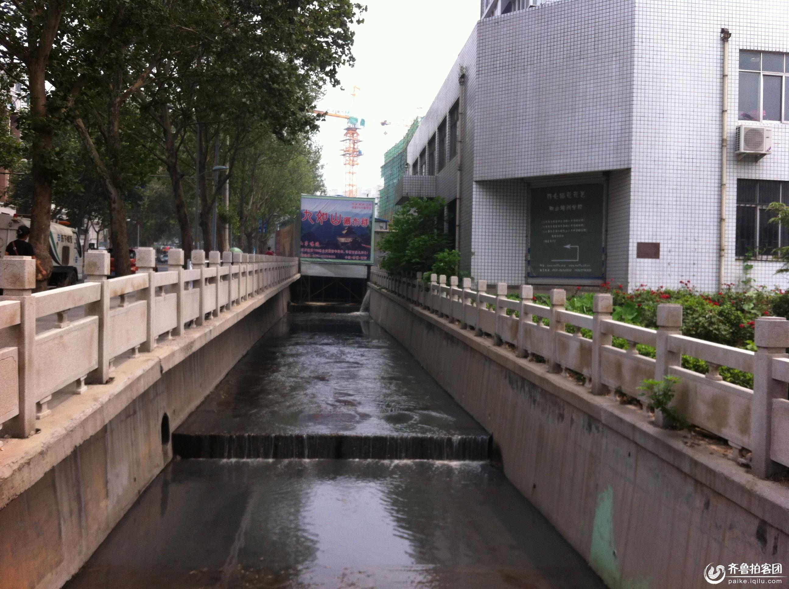 山大千佛山校区文化西路处 惊现砸桥排污口 污水臭气熏天图片