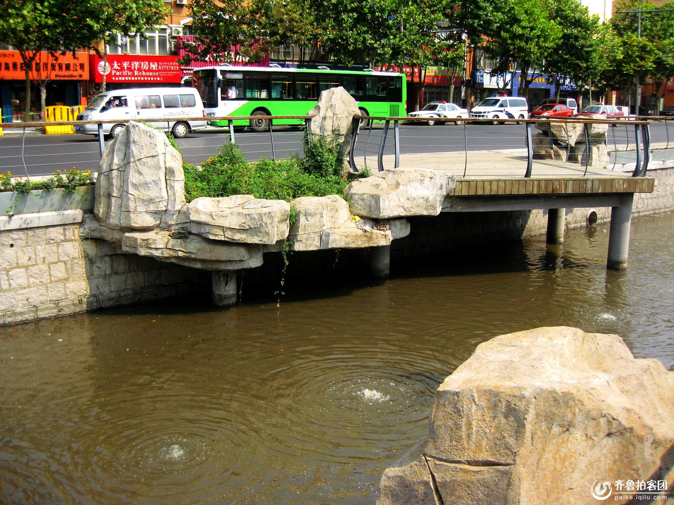 都说老四方杭州路河变美啦,作为老四方人一直未去看看。 今天在四机门口下车,冒着烈日游逛一下,果不其然,有假山、有水、岸边有草坪、花坛、绿树,水虽不是很清,但有人工涌泉,呈绿树倒影,是个休闲拍摄好去处......