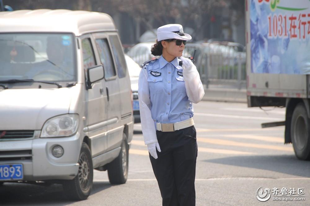 """一名小小志愿者向记者感叹,""""交警阿姨们太辛苦了,我们以后都应该遵守"""