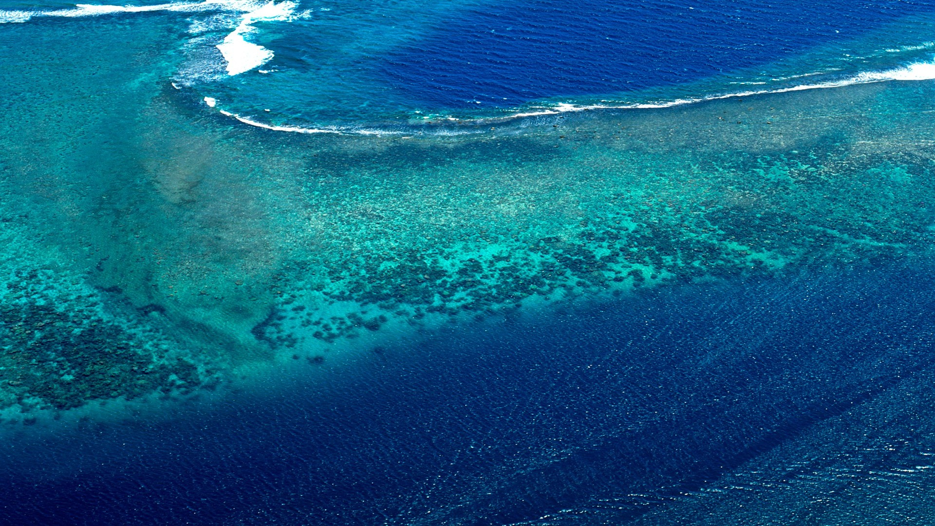 深蓝色的大海电脑桌面壁纸
