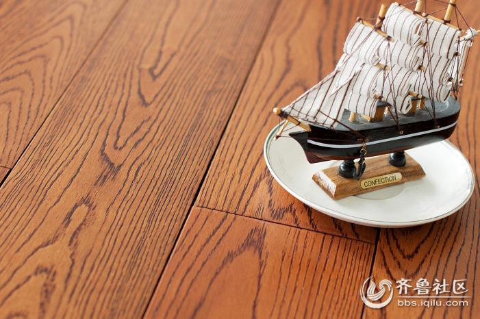 施工方法是先在地面上铺砌木地板,然后用磨砂机磨平,再涂上三至五遍