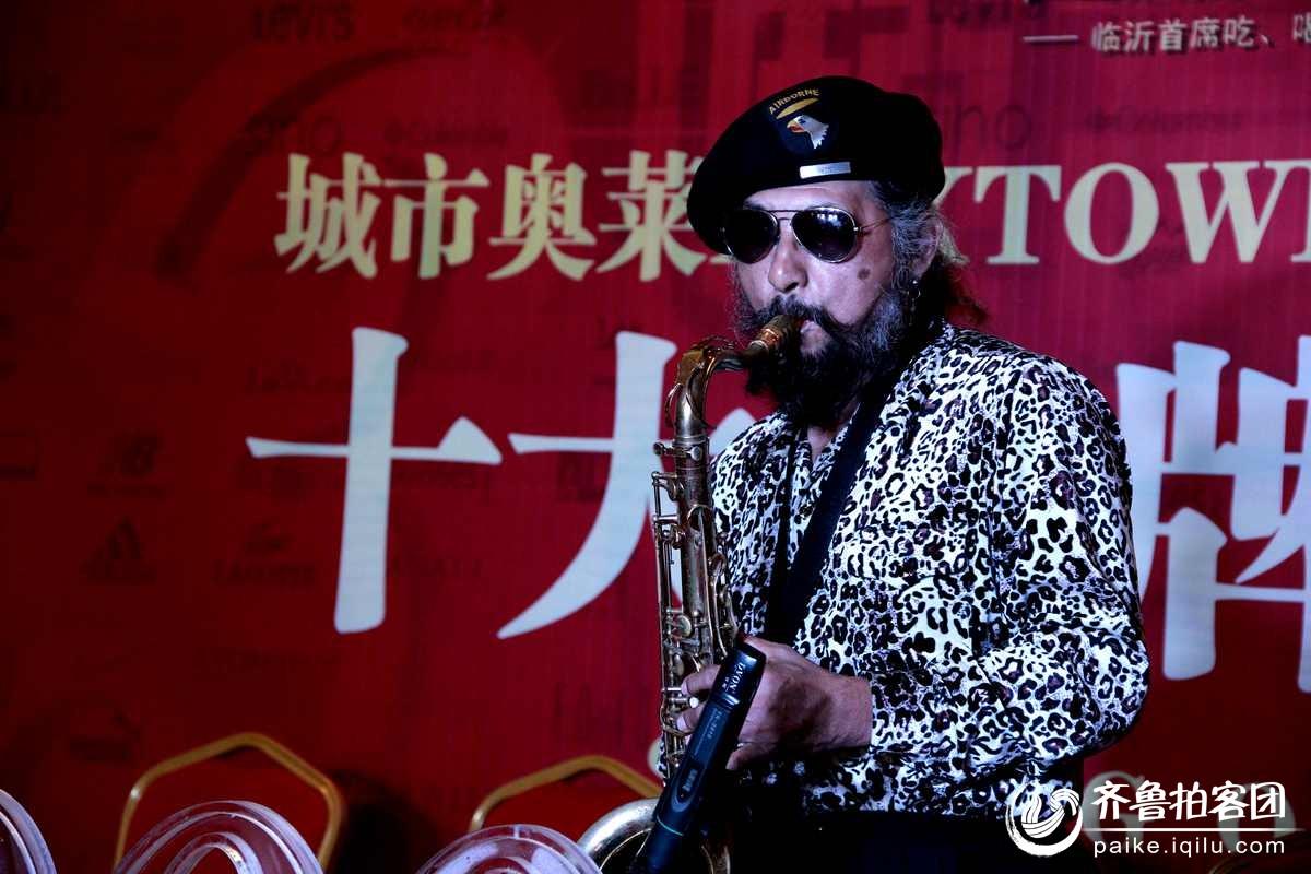 出狱男北京街头流浪吹奏萨克斯卖艺为生视频图片