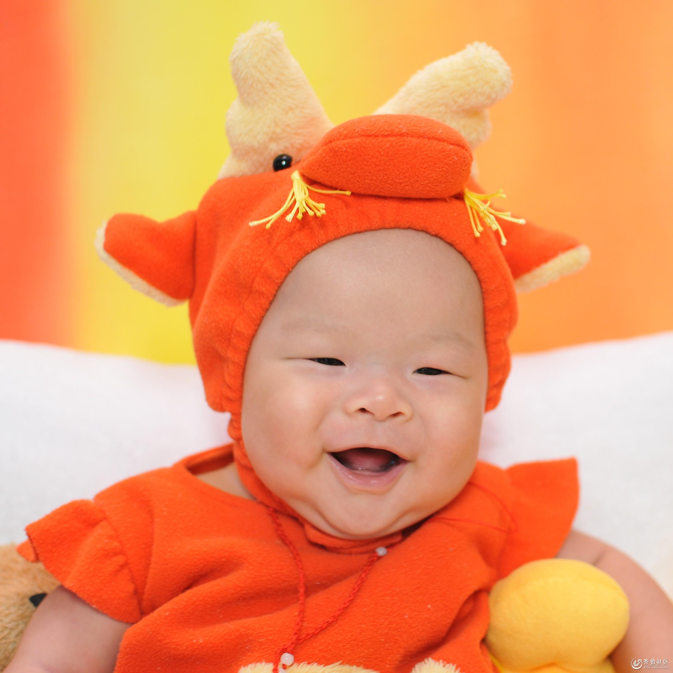这是宝宝一百天的照片,笑起来眼睛咪成一条线,是不是很可爱呀