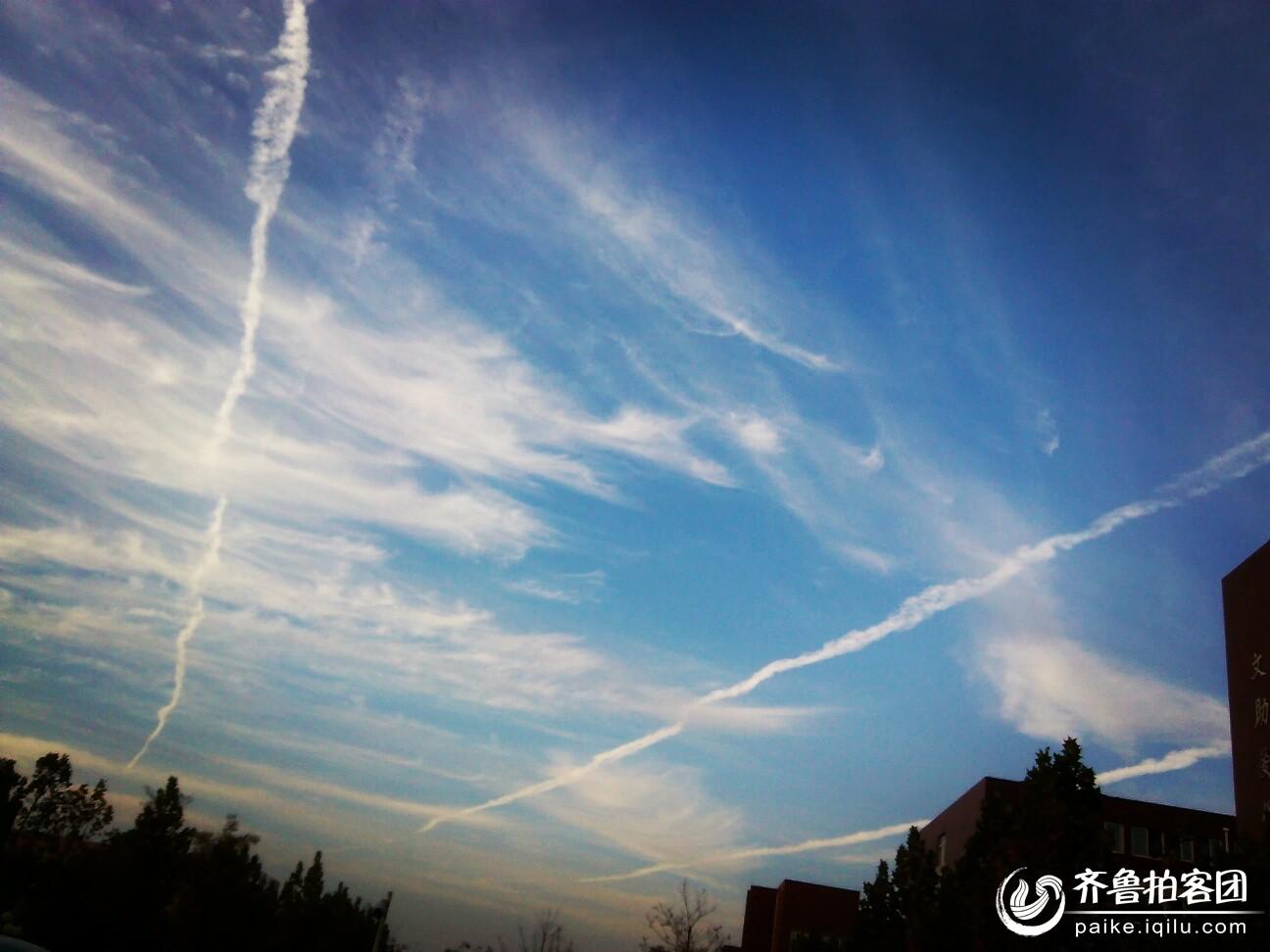 飞机在天空划过