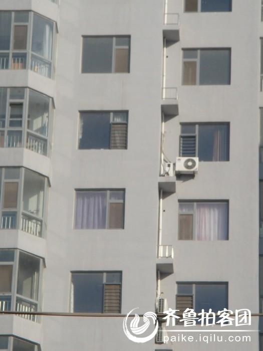 今天偶然发现一座楼房统一安装空调排水管道,哪像我所在小区,一到夏天空调一转,楼上的空调下雨一样,影响进出。不知道冬天是啥情形呢。今天算是找到根治良策了,强烈要求物业给安装空调排水管!跟人家学学,所以我照了两张。