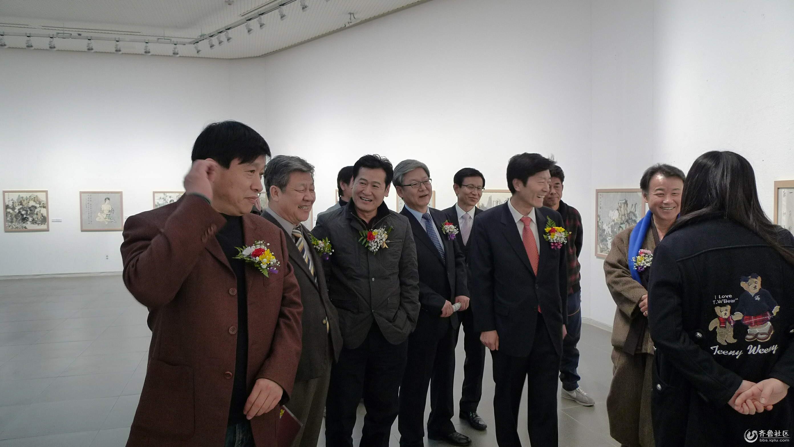 嘉宾在观看卢洪祥作品_看图王.jpg