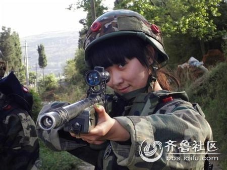 美女瞄狙击.jpg